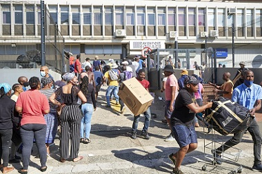 South-African-youth-loot.jpg